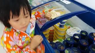 Gia Linh mua Kem Sữa Chua được tặng Đồ Chơi Con Quay Cuồng Phong Hand Spinner
