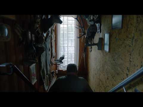 Filmkritik: http://www.epd-film.de/filmkritiken/im-keller Ulrich Seidl filmt Menschen, die sich in ihren Kellern ihre eigene Welt geschaffen haben. Wie immer bei Seidl hei�t...