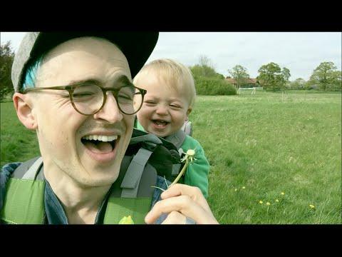 Il souffle sur un pissenlit, le rire de son fils va vous donner le sourire !