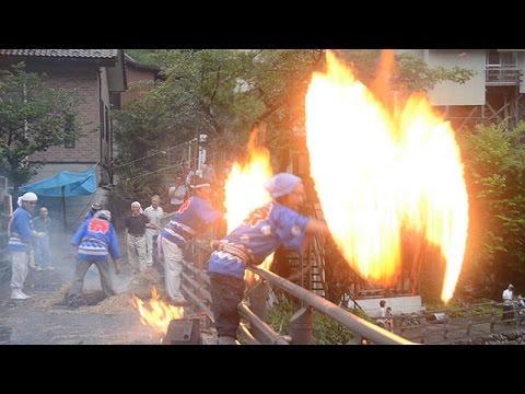 わら束回して炎の輪 南牧で伝統行事「火とぼし」 群馬