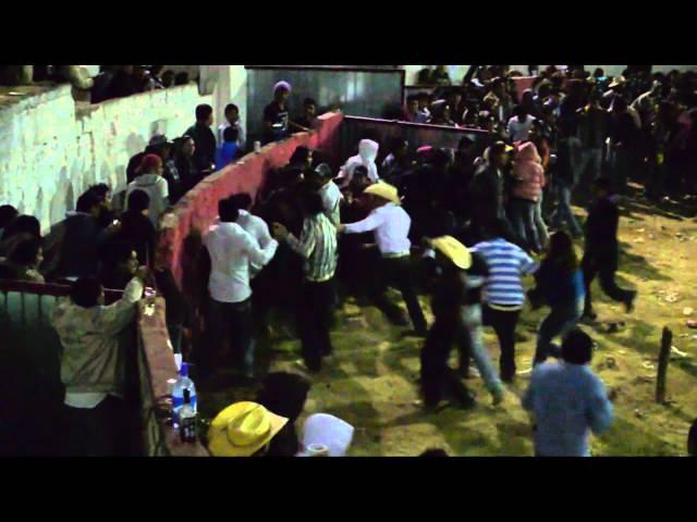 PELEA  EN EL JARIPEO DE SAN PEDRO ARRIBA 2011.mp4