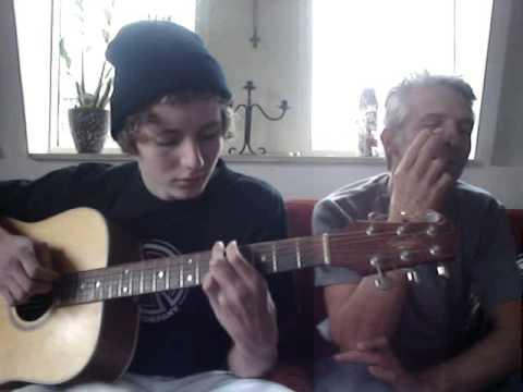 zoon speelt liedje voor vader Video