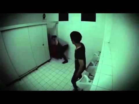 Caméra cachée : horreur dans les toilettes