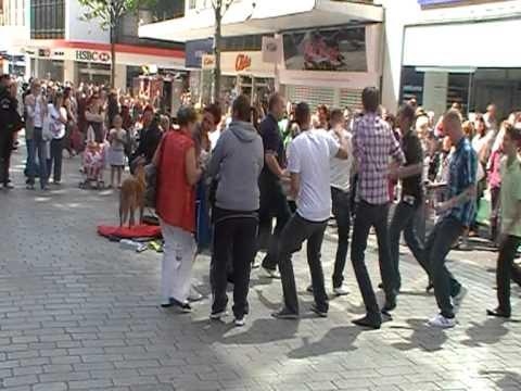 Un vieil homme danse, quand il est rejoint par le public