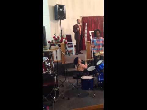 En una iglesia de Mississippi, Estados Unidos, un niño de dos años toca la batería, en el coro de la iglesia Greater Mt. Zion.  A su corta edad, ya le gana al niño ruso de tres años que toca la batería en otro video de YouTube. El video tiene casi 8 mil visitas en dos días, pero de seguro se volverá más popular.