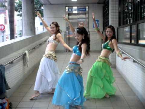 Трио китайки танцуват кючек