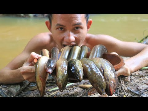 Primitive Technology: Cooking Eels Soup with Banana Flower in the Forest