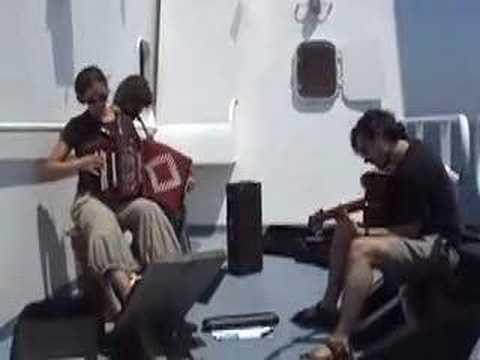 L'Atalante'ın güvertesinde canlı müzik