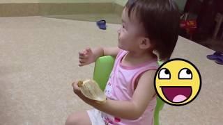 Em bé chơi trò doạ ma , thích thú cười toe toét and ăn chuối siêu dễ thương