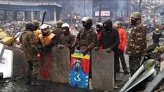 video I manifestanti hanno liberato il municipio di Kiev occupato dal primo dicembre scorso e sgomberato Grusevski, strada-simbolo della protesta ucraina. Il fatto...