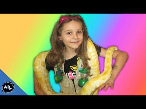 Little Girl Loves Giant Snakes! SnakeBytesTV - Ep. 402 : AnimalBytesTV