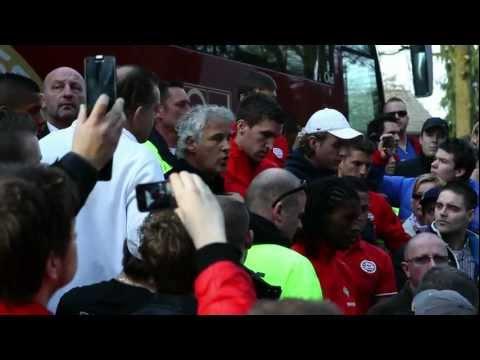 Boze PSV-fans wachten spelersbus op