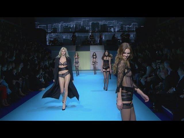 La lingérie ETAM envahi la piscine Molitor pour la Paris Fashion Week - le mag
