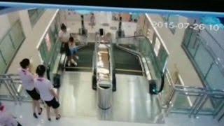 Atrapada en escalera mecánica