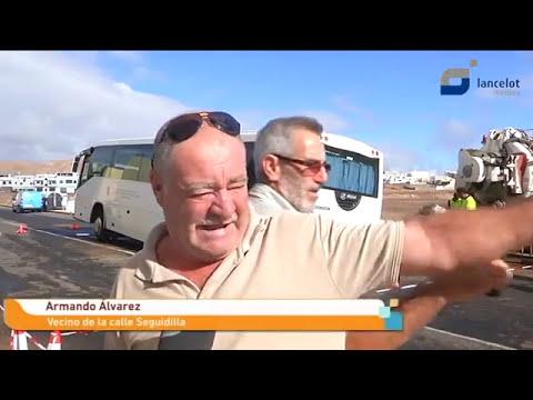 Atrapada una guagua tras hundirse parte del asfalto en Argana