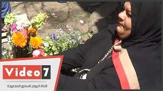 ألمظ محمد بائعة زهور فى عيد السعف: كل سنة أبيع ورد والسعر حسب البوكيه