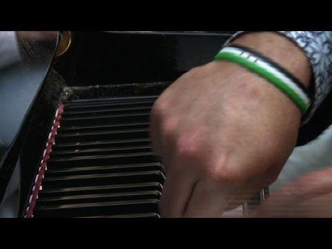 Un pianiste virtuose joue pour Homs dans la gare Saint-Lazare, à Paris