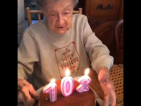 102 Year Old Granny Blows Out Her Teeth - የ 102ቷ አዛውንት የልደታቸውን ሻማ ሲያጠፉ ያጋጠማቸውን ተመልከቱ