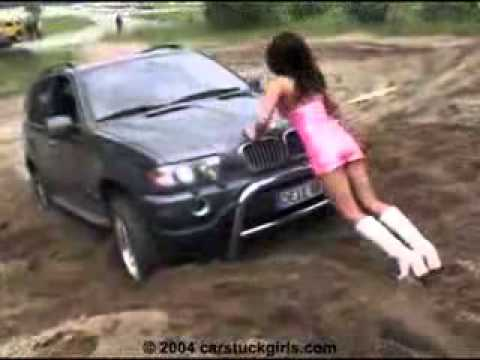 женщина вытаскивает видео