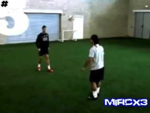 C.ronaldo  Vs Ronaldinho Freestyle. video