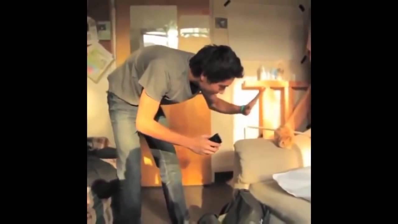 pod-stolom-vidno-video
