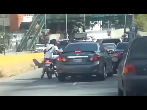 Vea el modus operandi que usan motorizados para robar en Baruta