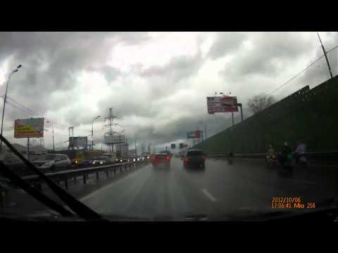 Мокрый боулинг на дороге