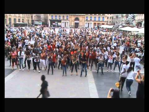Flash Mob Beyoncé Let's Move Lyon Version Entiere 2014 video