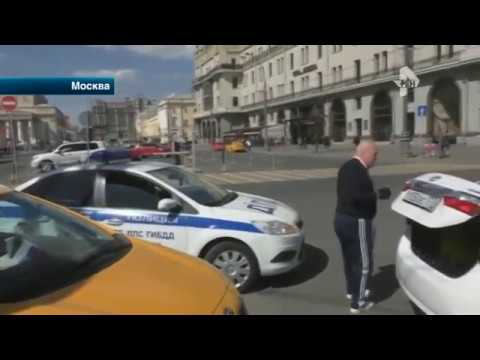 Активист нашел уйму нарушений на парковках Москвы, пока автоинспекторы спал