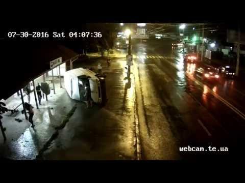 ДТП — Мікроавтобус влетів у зупинку 2016.07.29 2307