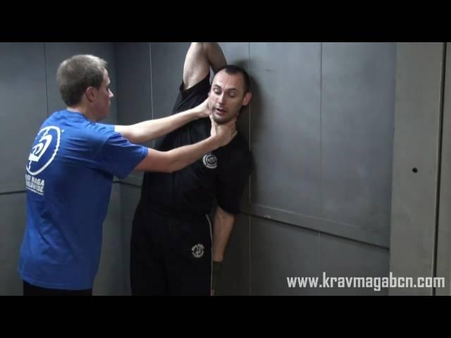 Estrangulación frontal contra pared - Krav Maga Worldwide Barcelona - Andres Bravo