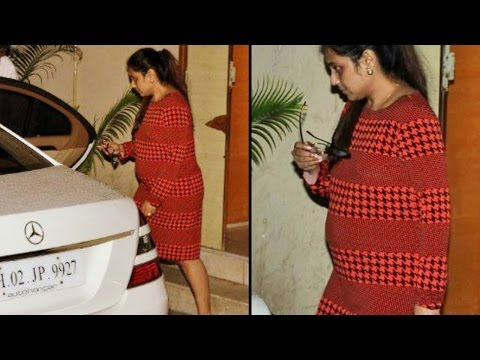 Rani Mukherjee shows off BABY BUMP @ Doctor's CLINIC
