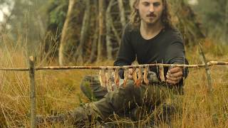 Bushcraft overnight - shelter building, fat wood, bacon, russian axe, repairing sweater