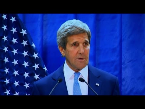 Kerry vows to up pressure on IS during visit to Iraq