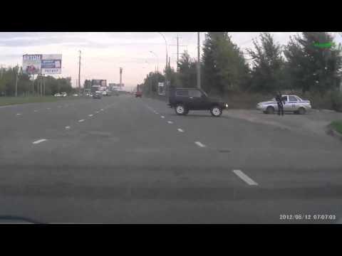 Гаишники тормозят машину