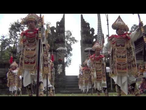 Bali: Baris Tumbak (warrior dance) in Taro by Hans & Fifi
