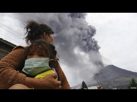 INDONESIA: VOLCÁN MOUNT SINABUNG ENTRA EN ERUPCIÓN,  HOY 11 DE NOVIEMBRE 2013