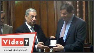 النائب العام الفرنسى يهدى هشام بركات
