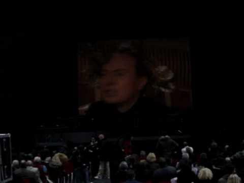 Prima dell'inizio dello spettacolo Berlusconi chiede cortesemente di sedersi. Sabina Guzzanti, Vilipendio tour @ Brescia, San Filippo, 23/11/08.