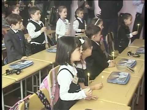 მეექვსე საჯარო სკოლის პირველკლასელებს დღეს სასულიერო პირებმა საჩუქრად ხატები და ღვთისმშო..