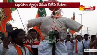 Fight Between TDP and BJP Party Leaders @ Kadiri || Modi Vs Balakrishna || Sakshi TV