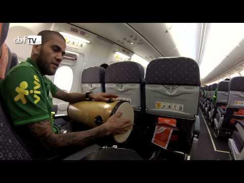 Dante e Daniel Alves comandam o pagode no vôo da Seleção para Goiânia