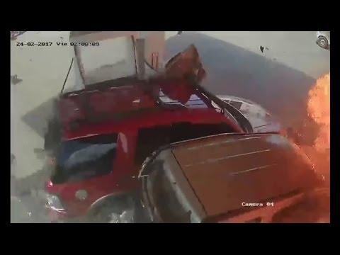 Camión arrasa con autos y se estrella en gasolinera en Republica Dominicana