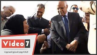 """بالفيديو..سيدة لرئيس حى السلام أمام محافظ القاهرة:"""" بجيلك مكتبك بيطرودونى"""""""
