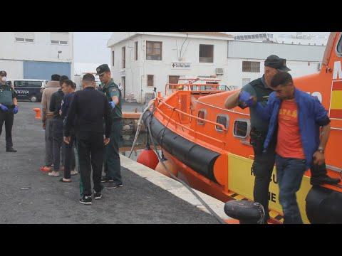 Rescatados 15 inmigrantes, uno de ellos menor, y trasladados a Motril