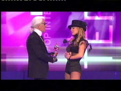 Britney receiving the award for  Pop International  by Karl Lagerfeld at Bambi awards 27-11-2008