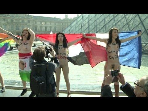 Mulheres nuas protestam no Louvre