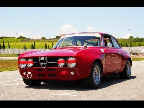 Alfa Romeo Giulia GTAm (Pure sound) - Inserito da Davide Cironi il 24 gennaio 2015 durata 3 minuti e 36 secondi - Un estratto del nostro test in pista con questa ottima replica e le due 4C di qualche mese fa. Circa 200cv e gomme slick, un rumore che entra nel sangue.