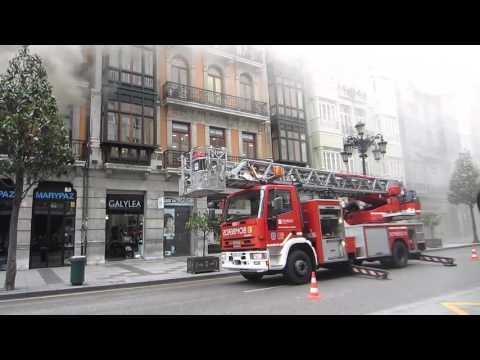 Oviedo - Espectacular incendio declarado en un edificio de la calle Uria