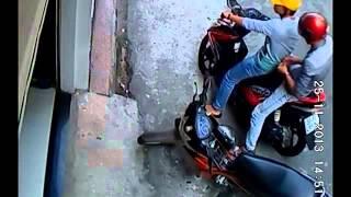 Pha trộm xe máy khó lường của 2 thanh niên đi Air Blade